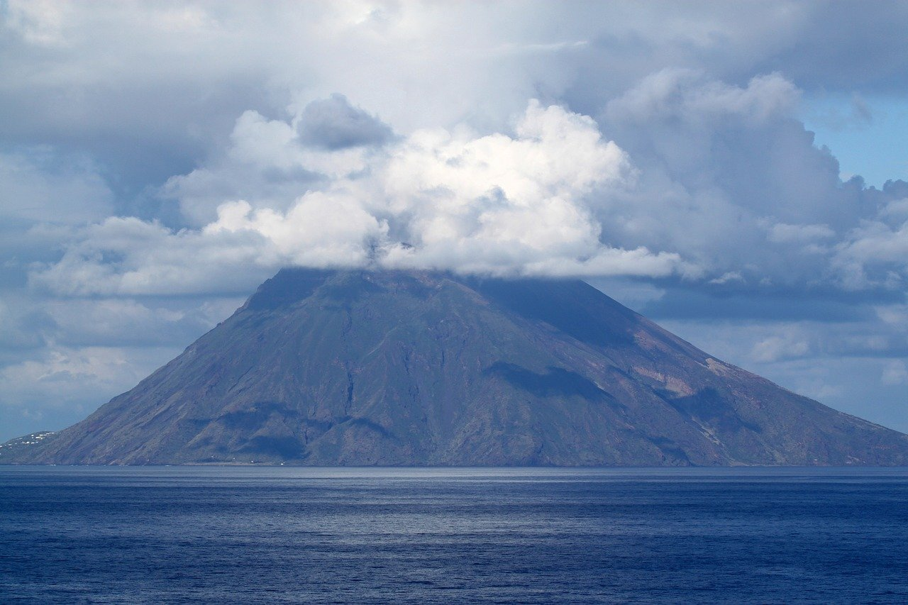 Using a volcano's eruption 'memory' to forecast dangerous follow-on explosions