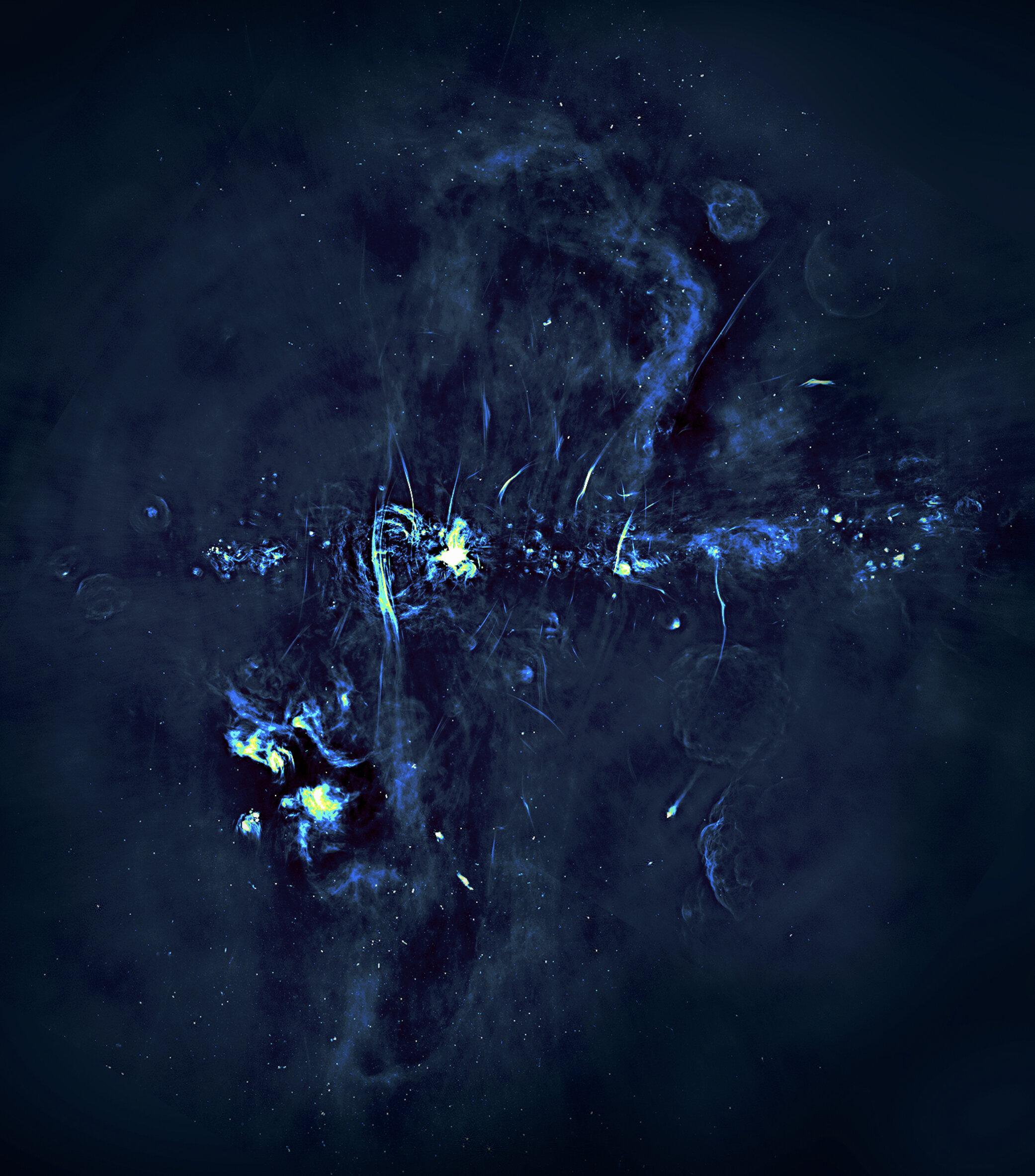 Doposud neznámé obří bubliny vycházející ze středu Mléčné dráhy vysílají rádiové vlny