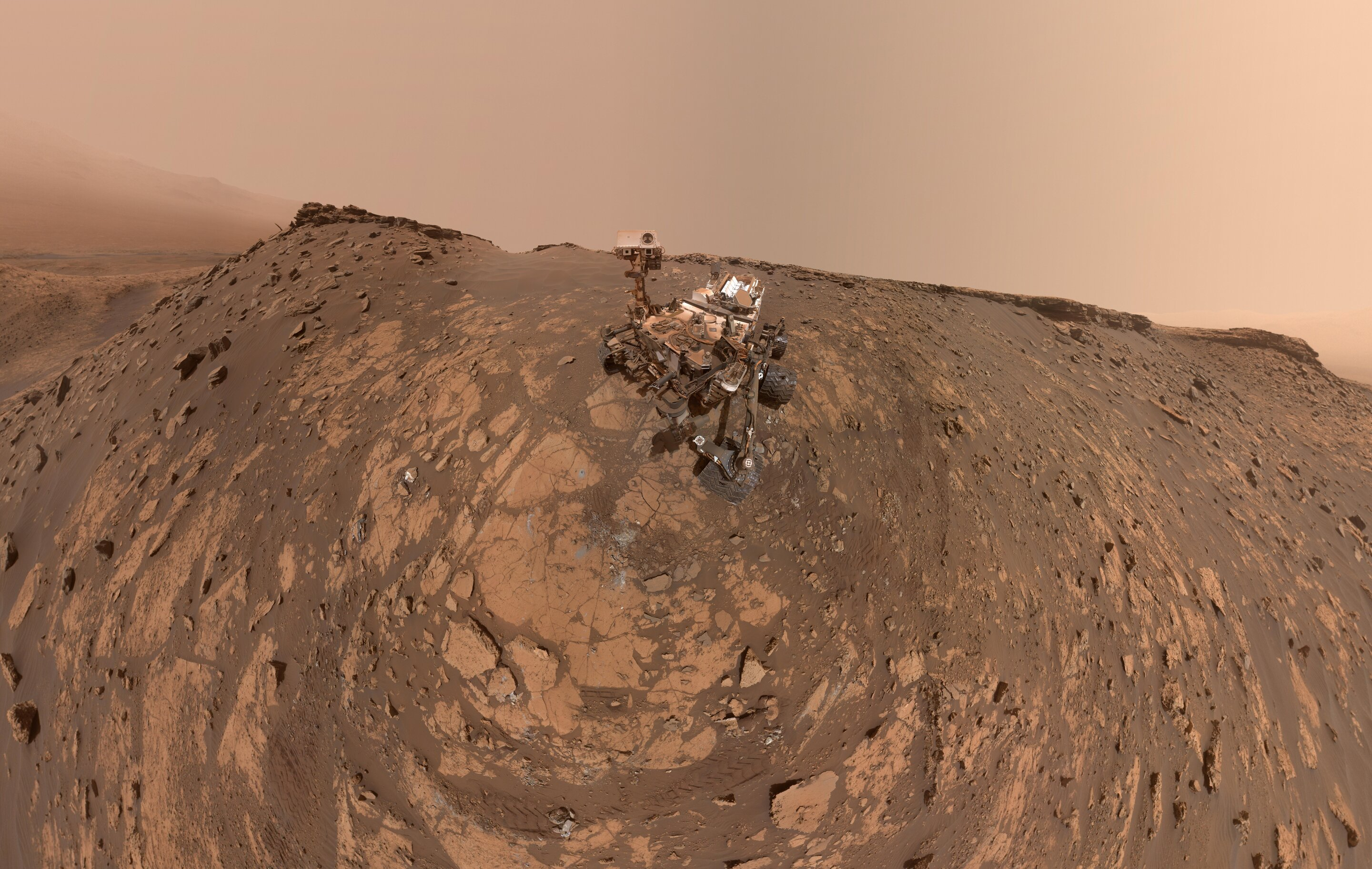 Curiosity Mars rover takes a new selfie before record climb thumbnail