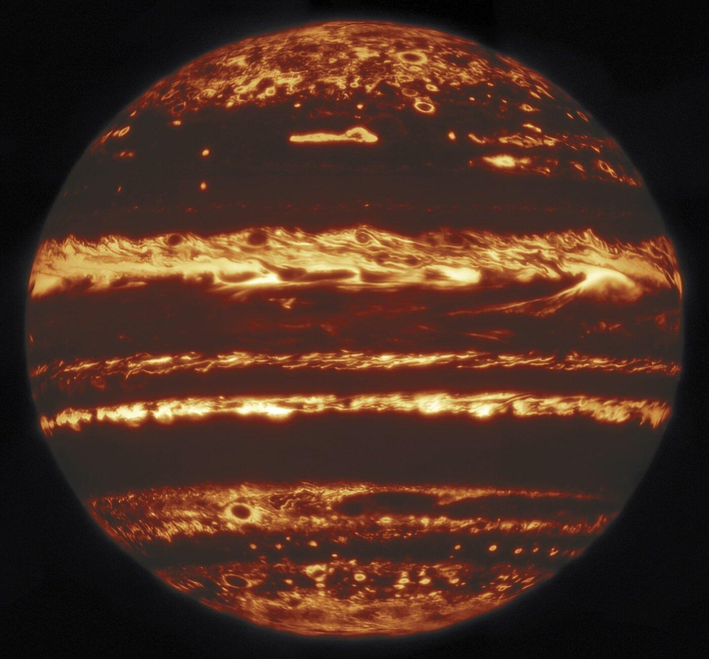Teleskopy na Zemi i ve vesmíru spojily síly se vzdálenou sondou Juno, aby prozkoumaly atmosféru Jupitera