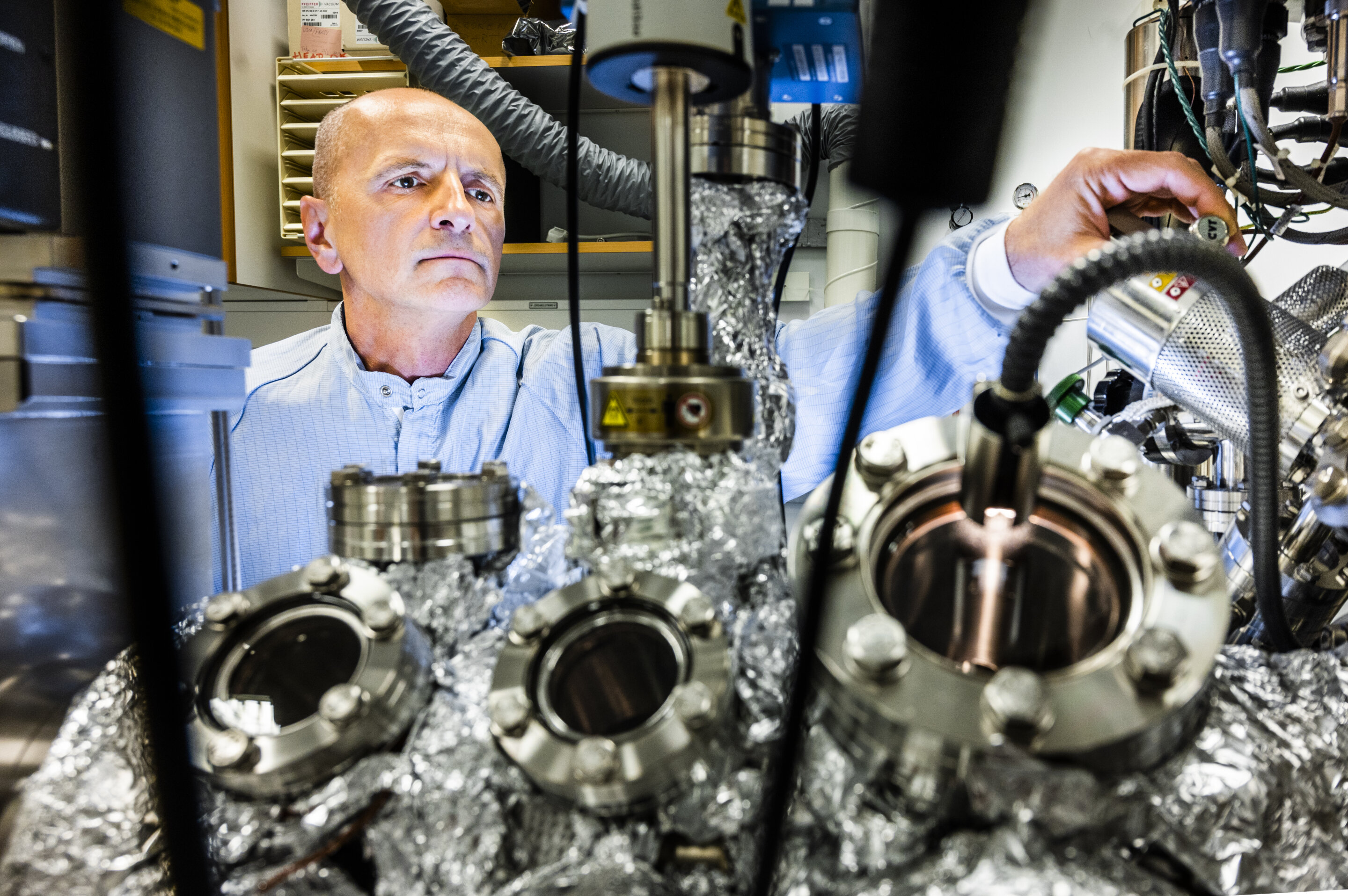 Reducing errors in X-ray photoelectron spectroscopy