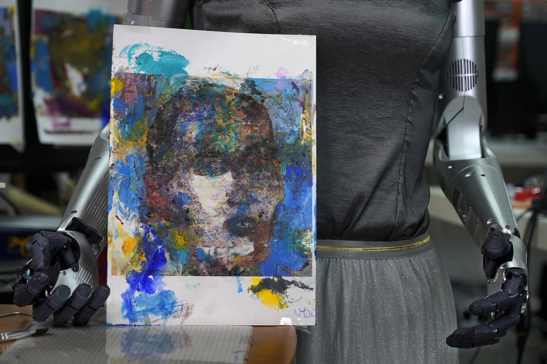 Художник-робот продает искусство за 688 888 долларов и теперь присматривается к музыкальной карьере